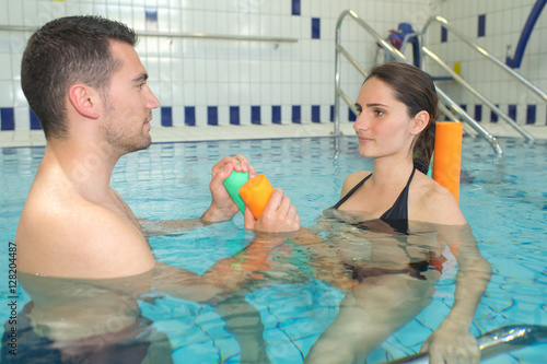 Pregnant Female And Husband At The Swimming Pool Imagens E Fotos De Stock Royalty Free No