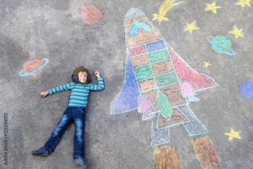 little kid boy flying by a space shuttle chalks picture stockfotos und lizenzfreie bilder auf. Black Bedroom Furniture Sets. Home Design Ideas