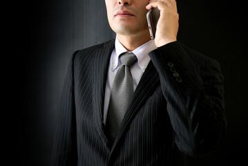 電話をする男性