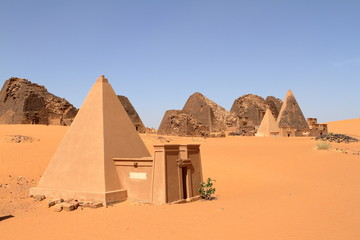 Die Pyramiden von Meroe in der Sahara im Sudan