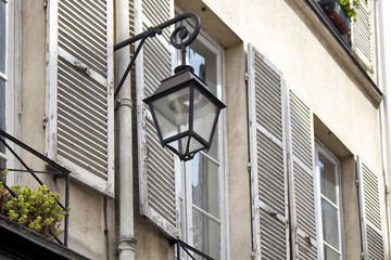 Fotomurales - Street lamp installed on wall of a traditional, historical building in Paris city center.