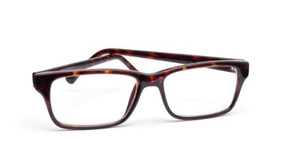 Hornbrille auf weißem Hintergrund