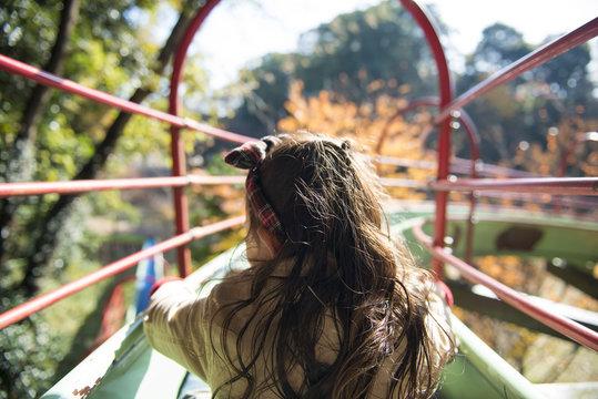 秋の公園で遊ぶ女の子