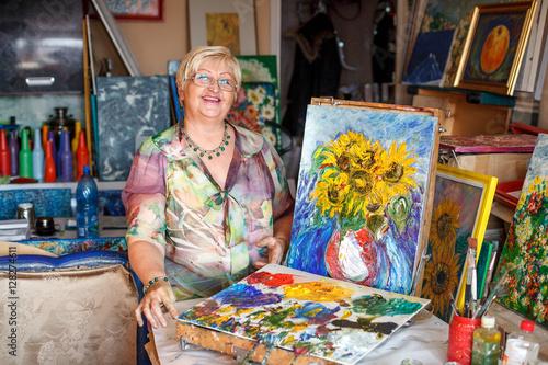 woman artist near oil painting picture in studio imagens e fotos de