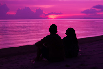 Photo Blinds Pink Silhouette of the couple enjoying the sunset on the beach