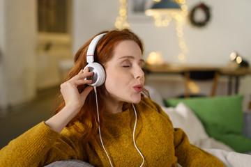 frau hört musik mit kopfhören und pfeift mit