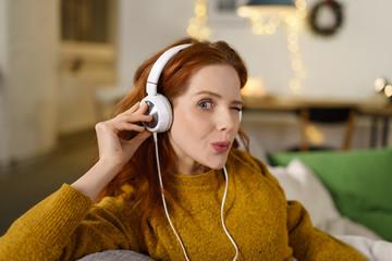 frau hört musik zu hause