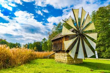 Stores à enrouleur Europe de l Est Windmills in the Astra Ethnographic Museum,Sibiu, Romania, Europe