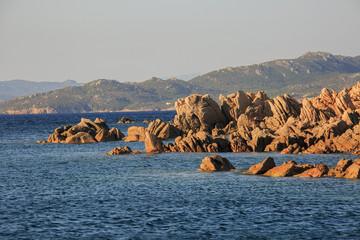 In Sardegna mare e cielo, acqua e rocce, acqua limpida, sole sull'isola.