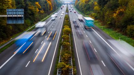 Autobahn mit Autos und LKW im Herbst