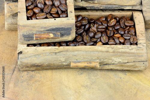 kaffeekarte kaffeebohnen in schubf chern auf holzplatte mit textfreiraum imagens e fotos de. Black Bedroom Furniture Sets. Home Design Ideas