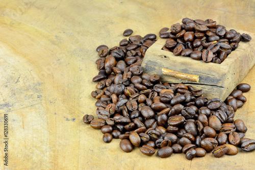 kaffeekarte kaffeebohnen auf einer holzplatte mit textfreiraum imagens e fotos de stock. Black Bedroom Furniture Sets. Home Design Ideas