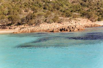 Stintino, in Sardegna mare e cielo, acqua e rocce, acqua limpida, sole sull'isola.