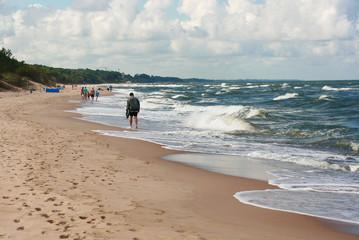 Spienione morskie fale, plaża
