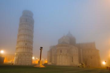 Torre di Pisa nella nebbia