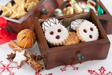 Kekse in weihnachtlichem Ambiente