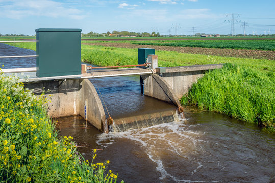 Small weir for water level control from close
