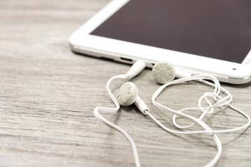 Ein Tablet und Kopfhörer