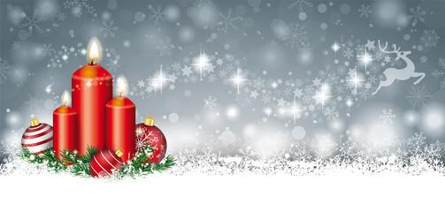 Weihnachtskarte mit Kerzen, Weihnachtskugeln, Tannenzweigen im Schnee und einem Sternenschweif mit Rentier