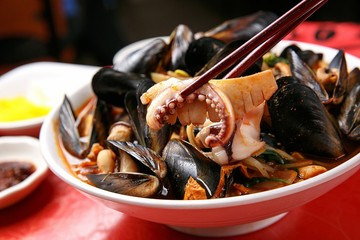 Chinese-style noodles with vegetables and seafood, 홍합짬뽕, honghap jjamppong,