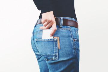 Smartphone in tasca dei jeans di donna