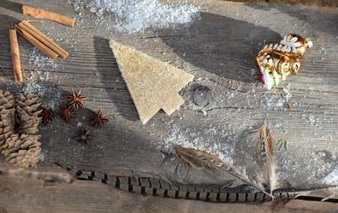 Natur pur, natürliche Weihnachtsdekoration, Holzbrett mit Federn, Zimtstangen, Sternanis und Baumschmuck