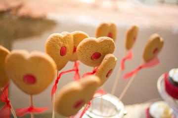 Piruletas de galleta en forma de corazón