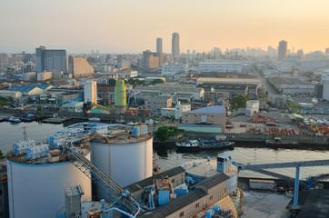 朝焼けの大阪都市風景