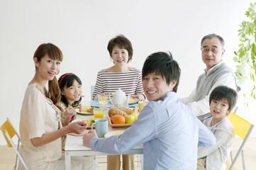 3世代家族の朝食風景