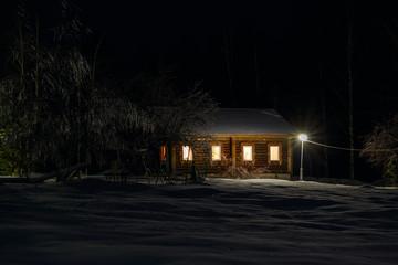 Дом с деткой площадкой в темноте