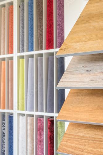 bodenbel ge aussuchen teppich und laminat stockfotos und lizenzfreie bilder auf. Black Bedroom Furniture Sets. Home Design Ideas