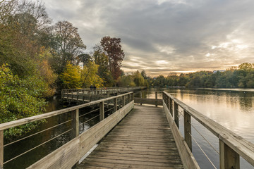 Passerelle sur l'Erdre en automne (Nantes, Loire Atlantique)