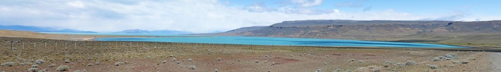 Patagonia, 23/11/2010: l'acqua azzurra del Lago Argentino, il più grande lago d'acqua dolce in Argentina, nel Parco Nazionale Los Glaciares, alimentato dal disgelo dei ghiacciai