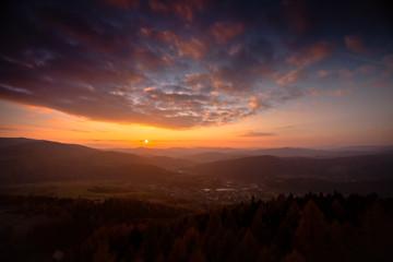 Fototapeta Kolorowy zachód słońca w górach obraz