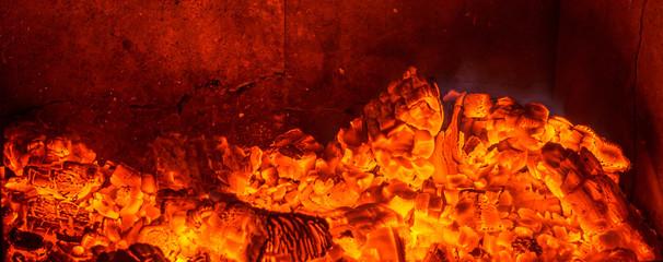 Heiße Glut durch angezündete Holzkohle im Grill / Textfreiraum