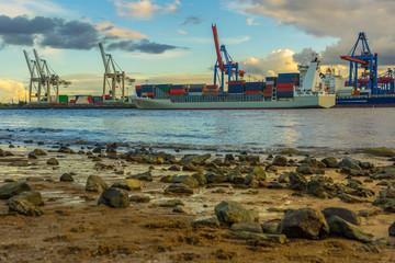 Containerschiff am hamburger Hafen