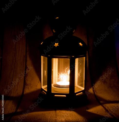 weihnachtslaterne mit brennendem teelicht stockfotos und lizenzfreie bilder auf. Black Bedroom Furniture Sets. Home Design Ideas