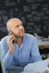 ernster geschäftsmann telefoniert mit seinem handy