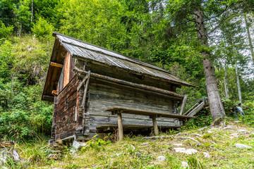 Alte Wassermühle in den Bergen am Waldesrand