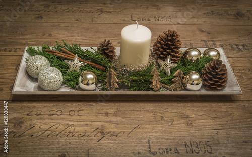 weihnachtsdeko mit kerze tannenzapfen kugeln auf einem holzbrett. Black Bedroom Furniture Sets. Home Design Ideas