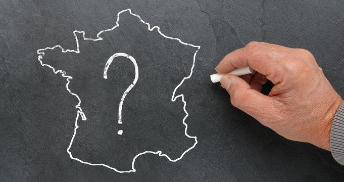 Carte de France avec un point d'interrogation sur ardoise