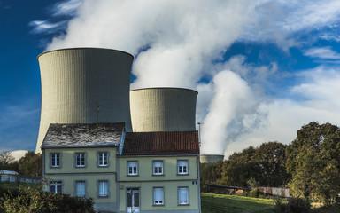 Chimeneas de planta termonuclear detrás de una casa