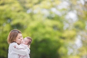 赤ちゃんにキスする母親