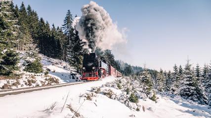 Harz Dampflok im Winter bei schönem Wetter