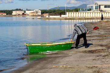 Anziano e la sua barca a remi