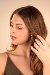 Schöne Frau fährt sich mit Hand durch die Haare