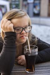 jeune fille trisomique buvant un soda