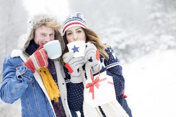 Pärchen trinkt Tee im Winter