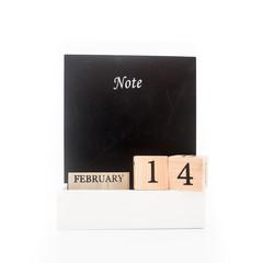 San Valentino con  data sulla lavagna su fondale bianco