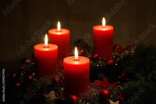 4 advent adventskranz mit 4 roten kerzen stockfotos. Black Bedroom Furniture Sets. Home Design Ideas